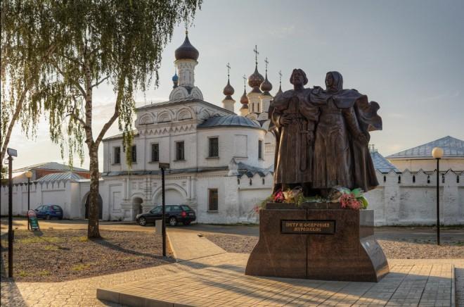 Муром - памятник Петру и Февронии перед Троицким монастырем